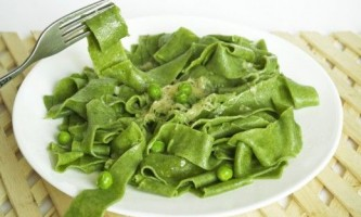 Домашня паста зі шпинатом під соусом з зеленим горошком
