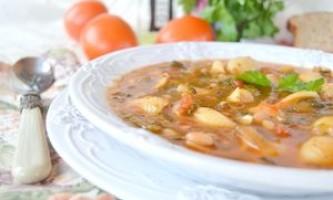 """Густий томатний суп з квасолею, шпинатом і пастою """"італійська фантазія"""" - рецепт"""