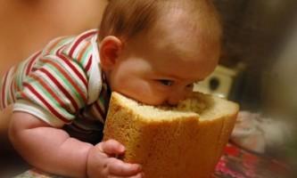 Як давати дитині хліб