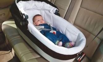Як перевозити новонародженого в машині?