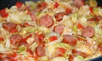 Як посмажити капусту на сковороді разом з сосисками?