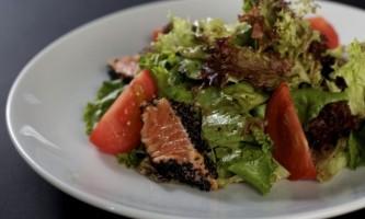 Як приготувати салат з сьомгою і моцпреллой