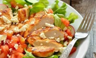 Як приготувати салат теплий з курячою грудкою?