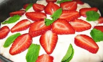 Полуничний торт-морозиво