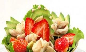 Курячий салат з полуницею та авокадо