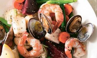 Легкий салат з овочів і морепродуктів