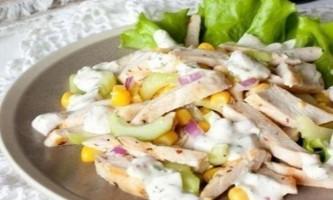 Літній салат з куркою і кукурудзою