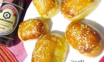 Пиріжки з листкового тіста з ковбасою і сиром - рецепт