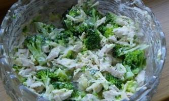 Салат з брокколі з куркою