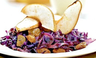 Салат з червоної капусти з родзинками, грушами і корицею