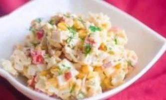 Салат з кукурудзою і крабовими паличками