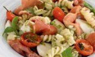 Салат з макаронами під соусом песто
