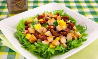 Салат з в`яленими помідорами і куркою