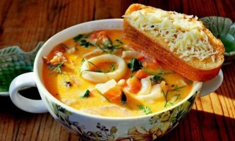 Вершковий суп з морепродуктами, томатами і пармезановой грінками