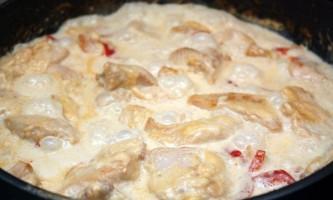 Як приготувати курку в сирно-вершковому соусі