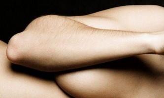 Волосся на руках: видалити або освітлити?