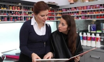 Чи шкідливо фарбувати волосся під час грудного вигодовування